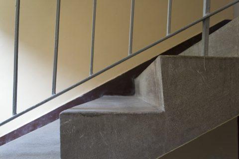 L'escalier droit en béton