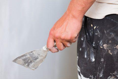 Rendre lisse un crépi de façade