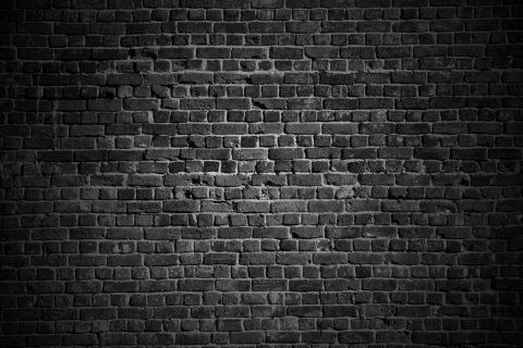 Quels produits utiliser pour nettoyer des taches sur un mur en brique ?
